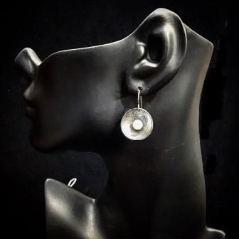EAR PEARL ON OXODIZED SILVER
