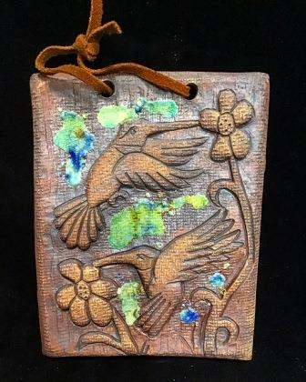 CLAY 2 HUMMINGBIRDS W STAINED GLASS PLAQUE